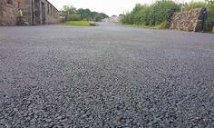 Ingeniero británico usa plástico reciclado para crear asfalto 60% más resistente y barato.
