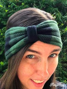 Fleece Ear Warmer Headband DIY Bow Style Make this cute Fleece Ear Warmer Headband DIY with bow styling. Great step by step instructions with pictures. Makes a great handmade gift. Sewing Hacks, Sewing Tutorials, Sewing Crafts, Sewing Tips, Sewing Ideas, Ear Warmer Headband, Diy Headband, Fleece Projects, Fleece Crafts