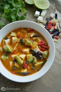 Aprende a preparar la sopa de tortilla, un clásico que no puede faltar en las casas mexicanas. Perfecta cuando quieres algo casero y reconfortante.