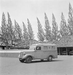 Een ziekenwagen op het terrein van het Eijkman-Instituut te Bandung, Indonesië (1947)