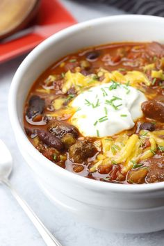 Slow cooker chili is a hearty stew filled with ground beef, vegetables, beans, and spices in a tomato sauce. Chili is a hearty and easy family dinner. Slow Cooker Venison, Slow Cooker Chili, Slow Cooker Recipes, Crockpot Recipes, Cooking Recipes, Kitchen Recipes, Crockpot Chile, Slow Cooking, Entree Recipes