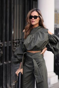 caqui total look looks - Lady Addict - Pantaloni da donna Fashion Now, Womens Fashion, Fashion Trends, Classy Outfits, Chic Outfits, Stylish Dresses, Fashion Dresses, Cool Street Fashion, Street Style