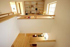 通り抜けるだけの2階ホールに役割を。本棚をつけたり、カウンターを設けたりすることで、階段を上がった先のホールも家族の居場所に。  廊下だけの空間をなるべく少なくすることで、延べ床面積よりも広く感じる家に。     #広がり間取り #小さくつくって広く住む #共有スペース #2階ホール #スタディコーナー #スタディスペース #書斎 #造作カウンター #造作家具 #造作棚 #造作本棚 #勾配天井 #吹き抜けのある家 #木の家 #自然素材の家 #ピュアヴィレッジ長岡 #新潟注文住宅 #ナレッジライフ Pure Products