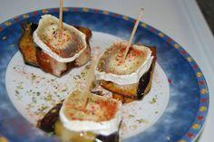 cortar la berenjena en rodajas y pasar por la pancha  unos minutos despues colocar el queso en rodajas y poner en el horno   5 o 6 minutos solo el grill