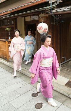 Fukunae, Fukucho, and other Shigemori sisters hit the road. Geisha Japan, Japanese Geisha, East Asian Countries, Yukata, Japanese Culture, Kyoto, Asian Beauty, Harajuku, Tokyo
