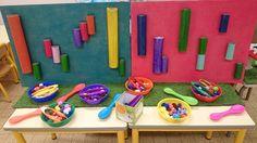 Voici la table à pompons des petits niçois Ecole Paule d'Essling. Super idée ! Les élèves ont découvert cet espace avec curiosité et beaucoup de délicatesse ! Activities For Kids, Triangle, Kids Rugs, Explorer, Voici, Montessori, Tables, Decor, Pom Poms