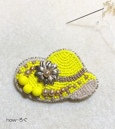 ビーズ刺繍 ふちや裏処理のコツ!指が痛い時は?おしゃれなブローチ仕上げ編 | how-ろぐ Bead Jewellery, Fabric Jewelry, Beaded Embroidery, Diy And Crafts, Projects To Try, Beads, Handmade, Gifts, Bead