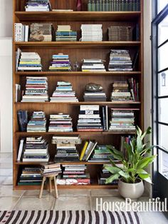Shelves in a corner of the living room. Design: Pamela Shamshiri for Commune Design. Photo: Amy Neunsinger #bookshelves #library