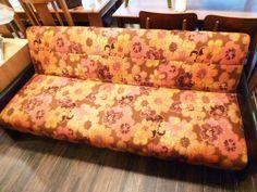レトロな花柄ソファベッド。 案外寝心地良かったりするといいな、