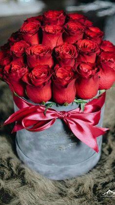 A bucket of roses! Beautiful Rose Flowers, Beautiful Flower Arrangements, Red Flowers, Floral Arrangements, Flower Box Gift, Flower Boxes, Rosen Box, Send Flowers Online, Happy Birthday Flower