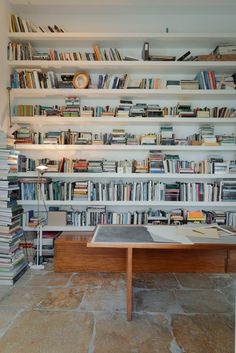 Mamede House / Aires Mateus Love the floors! Library Bookshelves, Bookcases, Bookshelf Wall, White Bookshelves, Book Shelves, Wooden Shelves, Muebles Living, Interior And Exterior, Interior Design