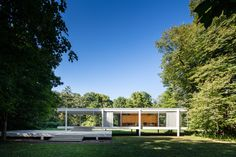 The Farnsworth House, built between 1945 and 1951 for Dr. Edith Farnsworth as a weekend retreat, is a platonic perfection of order gently placed in. Casa Farnsworth, Farnsworth House Plan, Minimalist Architecture, Modern Architecture House, Interior Architecture, Ludwig Mies Van Der Rohe, Illinois, Bauhaus, Glass Pavilion