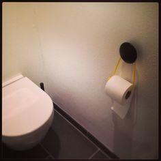 Speciel toiletrulleholder. En dotknage og det snor i den ønskede farve. Passer…