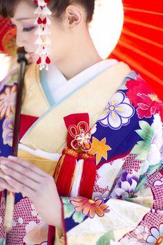 R1212590紫鼓に疋田+R1367070掛下イエロー桜_42_鮮やかな紫地に、四季の花、疋田紋様を染め上げた一着。流れのある構図に刺繍をほどこした鼓と鳳凰が重厚感を醸し出しています。 (5)