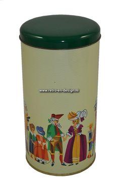 Vintage Beschuitbus middeleeuwse klederdracht Crémekleurige beschuitbus met groen deksel. Opdruk van mensen in middeleeuwse kledij. Hoogte: 21,5 cm. Diameter: 11 cm. zie: http://www.retro-en-design.nl/a-42384515/blikken/vintage-beschuitbus-middeleeuwse-klederdracht/