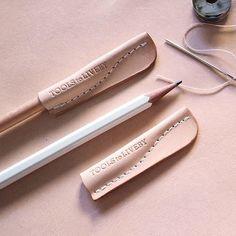 使用小牛皮革手工製作,除了是筆套之外,也可當作英國 M&M…