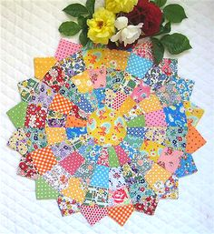 FREE Dresden Plate Tutorial for this beautiful scrappy one! Dresden Plate Patterns, Dresden Plate Quilts, Quilt Block Patterns, Quilt Blocks, Patch Quilt, Circle Quilts, Star Blocks, Hexagon Quilt, Hexagons