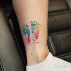 Pretty Footprint Baby by Graffittoo Tattoo Studio .- Hübsches Fußabdruck-Baby durch Graffittoo Tätowierungs-Studio – Pretty Footprint Baby by Graffittoo Tattoo Studio – # FußabdruckBaby - Mommy Tattoos, Name Tattoos For Moms, Baby Feet Tattoos, Baby Name Tattoos, Tattoo For Son, Tattoos For Daughters, Pretty Tattoos, Love Tattoos, Beautiful Tattoos