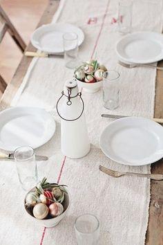 クリスマスオーナメントをボウルに盛って食卓に。メタリックなカラーでも、リネンのクロスと合わせればナチュラルに飾れます。