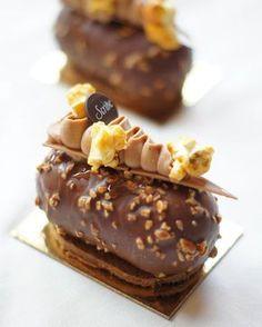 """Avec sa mousse chocolat noir à l'ancienne à la façon de nos grands-mères, son coulant chocolat noir et son coeur caramel mou à la fleur de sel, le """"Mi choco Mi caramel"""" du chef @genssetimothee de l'@hotelscribe va réveiller vos souvenirs les plus gourmands ! - Une création qu'ont pu apprécier plusieurs gourmands lors de notre événement #CaramelEvent - #hotelscribe #1TrueScribe #timotheegensse #caramel #caramel #paris #foudepatisserie #delicieux #miam #entremet #photooftheday #chocol"""