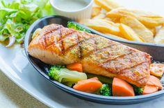 Ryba grillowana podawana z suszonymi pomidorami i szparagami