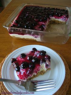 This fresh blueberry cheesecake is a delicious recipe for cheesecake pie that uses fresh blueberries and a homemade graham cracker crust. This recipe for cheesecake pie includes a homemade crust with graham crackers, ground walnuts, Lemon Blueberry Cheesecake, Blueberry Topping, Blueberry Sauce, Blueberry Recipes, Cheesecake Recipes, Cheesecake Bars, Homemade Cheesecake, Blueberry Chocolate, Strawberry Topping