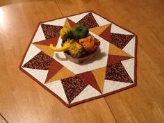 Check out this roundup of quilted hot pads for a quick project you can make using a single patchwork block. Table Runner And Placemats, Table Runner Pattern, Quilted Table Runners, Table Topper Patterns, Quilted Table Toppers, Block Patterns, Round Table Centerpieces, Place Mats Quilted, Holiday Tables
