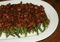 Sperziebonen met een heerlijke, licht pittige spek-uiensaus. voor de liefhebbers van een iets pittigere saus, gewoon wat meer sambal erbij doen. bonen, spek...