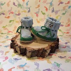 Süße Babyschühchen im Trachtenstil in Hellblau und Grün in einem Stück handgestrickt und daher ohne Nähte. Die Fußsohle ist braun. Das Bündchen ist im feinen Zopfmuster gearbeitet und wird umgeklappt. Ein Metallknopf in Form einer Breze ist als Verzierung aufgenäht. Grüne Bindebänder halten die Schuhe sicher am Fuß. Sie werden  - wie bei Haferlschuhen üblich - seitlich gebunden. Napkin Rings, Form, Home Decor, Hot Pink Fashion, Creative Products, Embellishments, Light Blue, Knitting And Crocheting, Handmade
