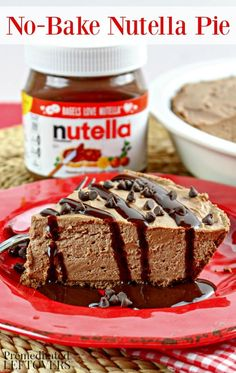 Calling all Nutella lovers! This no-bake Nutella pie might be the easier pie ever! With only 6 ingre Hot Chocolate Gifts, Hot Chocolate Recipes, Nutella Recipes, Chocolate Desserts, Pie Recipes, Snack Recipes, Dessert Recipes, Yummy Recipes, Dinner Recipes