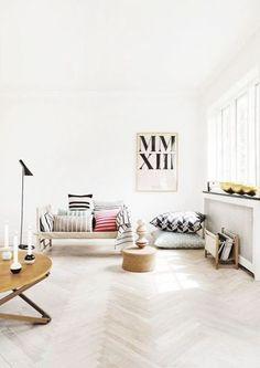 淡い色彩のフローリング床。 ヘリンボーンのパターンが控え目で上質な雰囲気。