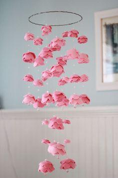 http://artesanatobrasil.net/lembrancinha-de-rosa-de-papel-para-dia-das-maes/
