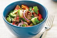 Deze aromatische Aziatische salade combineert limoen,tomaat enkorianderblaadjes met frisse komkommer , verse munt en heerlijke biefstuk ....
