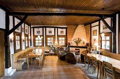 Am pus pe listă zece locuri selectate și recomandate de noi în albumele și revistele igloo de până acum a căror arhitectură tradițională caldă ne duc cu gândul la vacanțe de iarnă demne de cărțile din povești. 1.Casă de vacanță în Zăbala Între Covasna și Târgu Secuiesc, la m…