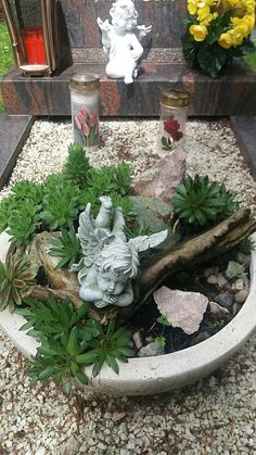 Grabgestaltung-selber-machen Grave decoration with succulents and angels. Funeral Flower Arrangements, Christmas Arrangements, Funeral Flowers, Floral Arrangements, Log Decor, Decoration Gris, Cemetery Decorations, Hydrangea Care, Cool Plants
