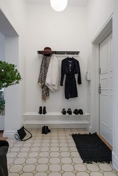 Finest DIY Hat Rack Ideas for Your Hat Organizer Have you found the best way to organize your hat collection? Whether you prefer a holder, hook, or stand, this DIY hat rack ideas is something you must see! Entry Stairs, Entry Hallway, Entryway, Hallway Inspiration, Interior Inspiration, Scandinavian Interior Design, Scandinavian Style, Diy Hat Rack, Hat Organization