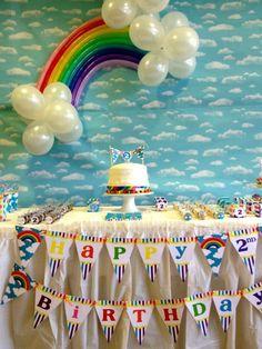 Decoração com balões em forma de arco-íris