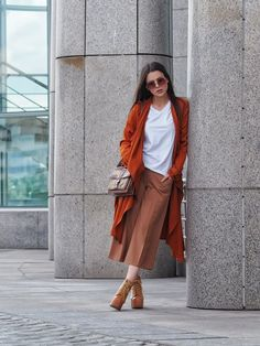Terracotta culottes, burnt orange trench & white t-shirt outfit on A Handful of Stories. Color Terracota, Photography Women, Fashion 2020, Outfit Sets, Shirt Outfit, Spring Summer Fashion, Passion For Fashion, Perfect Fit, Ideias Fashion