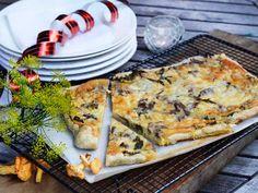 Västerbottenpaj är verkligen en älskad klassiker - speciellt till kräftskivan! Och den här frasiga pajen, gjord på smördegsbotten är så enkel och går snabbt att göra... och smakar gudomligt - såklart!Och har du absolut inte tid att göra egen paj - köp denna färdiga från Felix - endast 3,5 minuter i mikron! Savory Tart, Deli, Sour Cream, Quiche, Pizza, Snacks, Dinner, Breakfast, Ethnic Recipes