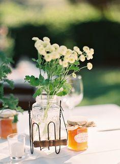 Ένα μικρό αναμνηστικό για τους καλεσμένους σας - μέλι παραγωγής του ζεύγους! Εσείς τι παράγετε; Ρουστίκ προσκλητήρια γάμου σε πορτοκαλί τόνους και οικονομικές τιμές - http://www.lovetale.gr/wedding/wedding-invitations/rustic?atr_color=49