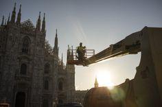 Ecco i tecnici che si preparano ad innalzare il grande abete, all'ombra delle guglie del Duomo.