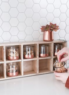 diy organization 15 Stylish DIY Projects for Organizing Your Home: Upcycled Glass Jars Diy Organizer, Diy Organization, Organization Station, Pot Mason Diy, Mason Jar Crafts, Crafts With Glass Jars, Chalk Paint Mason Jars, Painted Mason Jars, Diy Hanging Shelves