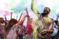 Tone de pudră colorată la Holi Music Color Festival, în Piaţa Constituţiei din Capitală