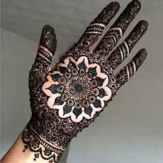 These stuning simple mehndi designs will suits you on every occassion. In Indian culture, mehndi is very important. On every auspicious occasion, women apply mehndi to show the importance of the occasion. Palm Henna Designs, Round Mehndi Design, Mehandi Design For Hand, Palm Mehndi Design, Indian Mehndi Designs, Mehndi Designs For Girls, Mehndi Designs For Beginners, Unique Mehndi Designs, Mehndi Designs For Fingers