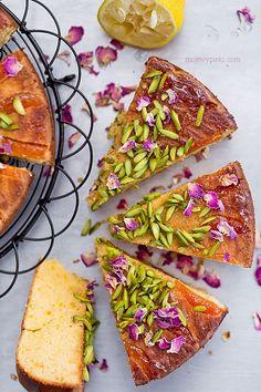 Ciasto migdałowo - morelowe z kardamonem i wodą różaną