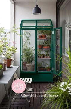 There are plenty of ways you can make the most of a small outdoor space, and make it just as lovely and inviting as any giant suburban backyard. Small Space Style: 10 Beautiful, Tiny Balconies to bring life to outdoor space. - New Sensations Garden Tiny Balcony, Garden Design, Indoor Garden, Small Garden, Outdoor Spaces, Home And Garden, Apartment Garden, Garden Beds, Small Outdoor Spaces