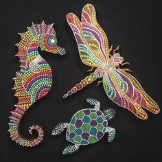 No photo description available. Rock Painting Patterns, Dot Art Painting, Rock Painting Designs, Mandala Painting, Seahorse Art, Dragonfly Art, Mandala Art Lesson, Painted Rocks Craft, Mandala Dots