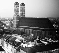 Unsere Schmuckmanufaktur befindet sich im lebendigen Westen von München. Hier arbeitet ein Team aus hoch qualifizierten Goldschmiedemeistern täglich an der Produktion Ihrer Schmuckstücke. Alle unsere Produkte werden hier vor Ort nach Kundenwunsch einzeln gefertigt, graviert und veredelt.