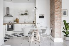 silla 7 arne jacobsen piso pequeño nórdico pared de ladrillo visto pared blanca muebles de diseño estilo nórdico estilo escandinavo decoración nórdica decoración interiores