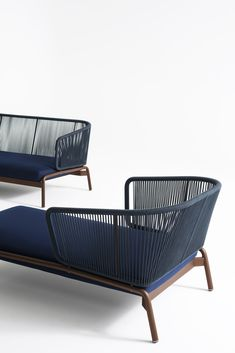 The SPOOL 004 is a design chaise longue by RODA for the outdoors that features a closely spaced succession of cords embraced to a metallic tubular frame. Outdoor Loungers, Outdoor Daybed, Outdoor Chairs, Garden Furniture, Modern Furniture, Furniture Design, Outdoor Furniture, Muebles Caracole, Chair Design